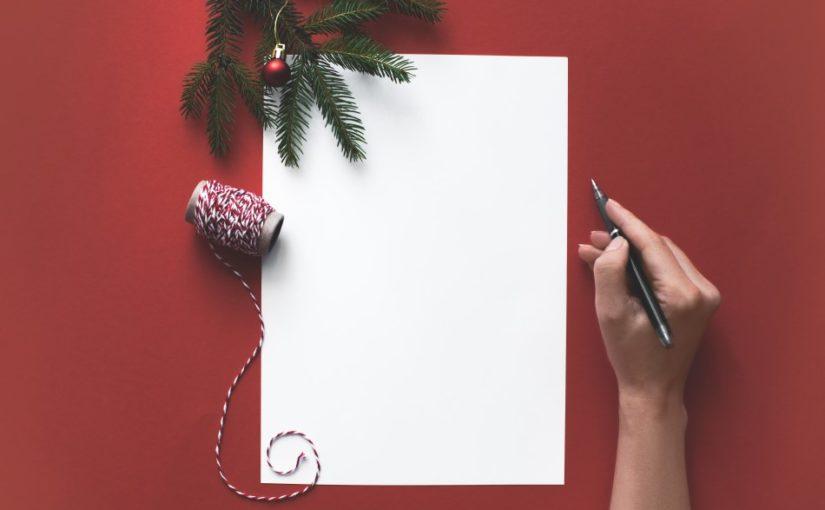 Kvinde der er ved at skrive en julehilsen